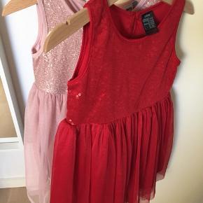 To fine kjoler fra henholdsvis H&M og VRS, prisen er for begge.