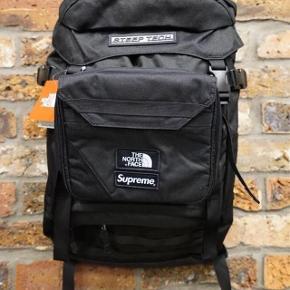 Brugt 1 gang! Supreme x TNF Steep Tech backpack fra SS16 sælges. Lavet i samarbejde med The North Face. Den er brugt to gange og fremstår derfor fuldstændig som ny. Man kan tage tasken på fronten af og bruge som toilettaske. En virkelig god rygsæk, som sjældent findes på markedet i så god stand!