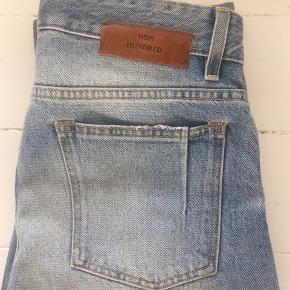Won Hundred, 'Bill' jeans i lyseblå. Modellen er fra den nuværende kollektion og er kun blevet brugt meget få gange. Minder meget om en Levi's 501'er (straight fit) i pasformen. Str. 30/32.