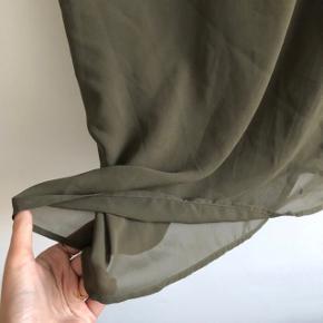 Fineste top i 2 lag, så den er ikke gennemsigtig! Den har justerbare stropper   Mærke: Vero Moda  Str. L  Farve: Armygrøn / olivengrøn  Stand: brugt i få timer   OBS: nederdelen dertil sælges også - få sættet for 150,-