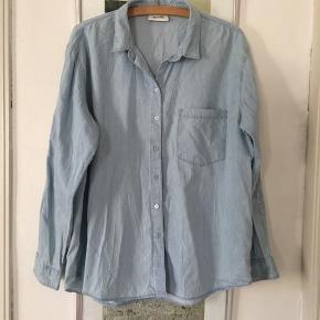 Denim skjorte fra Monki i str L. Broderi på ærmer. Brugt få gange. Pris 100,- pp Bytter ikke.