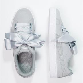 Varetype: Sneakers Farve: Grå Oprindelig købspris: 849 kr. Prisen angivet er inklusiv forsendelse.  Puma suede heart safari.. sprit nye og i æske!! Mp. 500