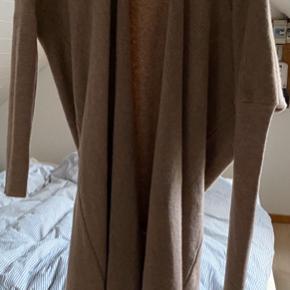 Den blødeste lange cardigan med super flot bindebånd som kan bruges bagved eller foran. Aldrig brugt