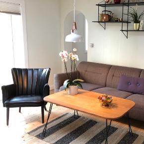 Hjemmelavet sofabord i massiv egetræ som er behandlet med en mahogni olie.   4 stk Hairpin Cross bordben.   Mål: b:63 l:114,5 h:52