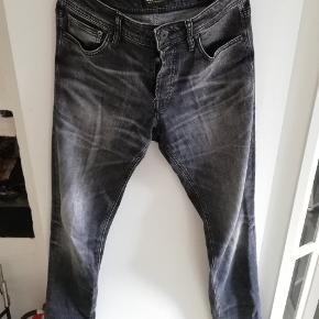 Sælger disse bukser fra Jack & Jones Passer mig på 186cm Lækre grå bukser med fede detaljer