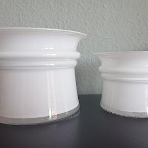 Harmony Urtepotteskjuler, Holmegaard  Smuk, tidløs og mundblæst potteskjuler af Michael Bang i opal / hvidt glas.  Ø 15 cm. H 10, 5 cm. Pris kr. 300,- pr stk. Har 3 krukker i denne str.  Ø 11 cm. H 8cm. Sjælden størrelse. Pris kr 275,-  Fremstår i perfekt stand, ingen fejl, skår, glaspest eller kalk.  Befinder sig i Kbh S.  Udbringning i Storkøbenhavn kan evt arrangeres. Kan også sendes. Køber betaler porto, sælger betaler for forsvarlig indpakning)