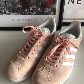 Adidas Gazelle sneakers Str. 38 2/3 Brugt max 5 gange, passet rigtig godt på og fremstår i flot stand   Prisen er ekskl. fragt og TS gebyr