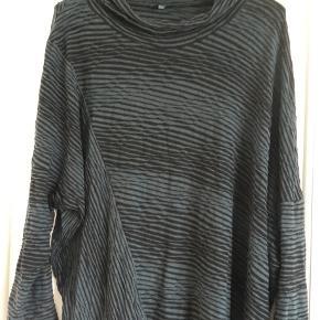 Skøn bluse fra Oska i str. 2. Stor i størrelsen, så passer str. 42-44, måske også str. 46. Farven er sort med mørk blå/grønne striber.