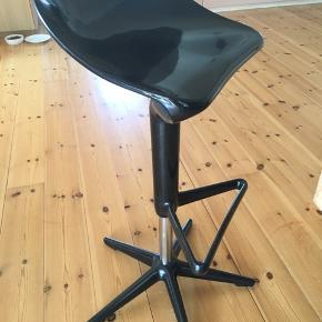 4 stk super flotte barstole fra Kartell. Bord kan medfølge