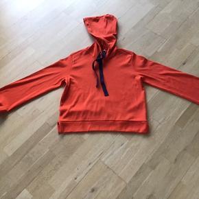 Cool hoodie fra Baum med lækre detaljer 🍁 ærmer med lidt vidde forneden 🍁 lille slids i siden og og lækker hætte med grov bindebånd 🍁🍁🍁