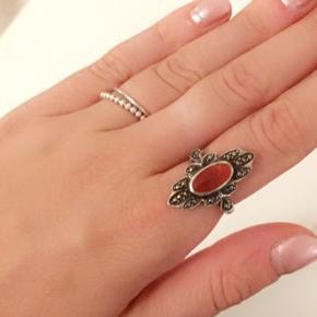 Fin ring købt i antikbutik på Scicilien i Italien :-) jeg har ret smalle fingre og passer den derfor på pegefingeren Ægte sølv 925