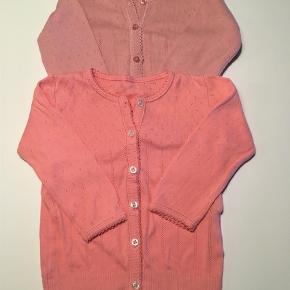 Varetype: Cardigan Farve: Pink,Rosa Oprindelig købspris: 400 kr.  Fine cardigan i bomuld. 60kr pr stk eller 100 kr hvis begge købes.