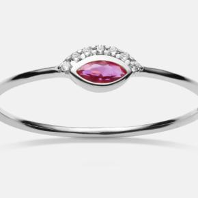 Sælger denne ring fra Maanesten. Virkelig fin, men den er desværre for stor til jeg kan passe den. Jeg har målt med lineal (billede 2), da jeg ikke ved, hvilken str. den er. Kan hentes i Aarhus C eller sendes.