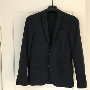 Varetype: Blazer Størrelse: 13år Farve: Mørkeblå Oprindelig købspris: 1200 kr.  Super flot og utrolig velholdt blazer. Kun brugt en gang af konfirmand på 13 år. Rigtig flot farve både til sorte bukser, mørke jeanes eller andet.