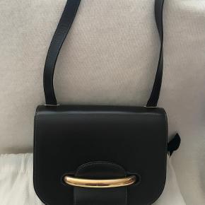 Super flot Mulberry Selwood taske i Mørk brun kalvelæder. Kan bæres som Hånd-/skulder og crossbody taske.  Størrelse: L=24 * H=18 * B=7,5 cm  Tasken har: Metal-bøjle lukning, justerbar rem, 5 indvendige rum - den ene med lynlås.  Tasken er næsten ikke brugt og ser ud som ny. Leveres med dustbag.  Kom med et bud!