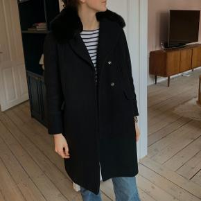 Tara Jarmon black coat w. Rabbit fur collar. Collar is detachable. Fits a danish 38.   Used, and due for a dry clean. Signs of wear on buttons and by elbows (folding in the wool). But still a beautiful coat. Selling for a good price.