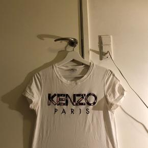 Jeg sælger min T-shirt fra Kenzo. Den er købt i den originale butik i Paris for 900 kr.  Kan passes af xs, s og m🥰 Endelig spørg efter yderlige info eller om ekstra fotos🧡