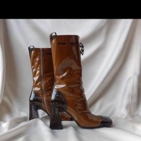 Jeg overvejer at sælge mine Originale Prada støvler fra 90'erne med tilhørende orginal æske.  Du vil stensikkert ikke kunne finde et par magen til. De er brugt til Runway i 1999   De er i super stand, med lidt brugsspor under sålerne.