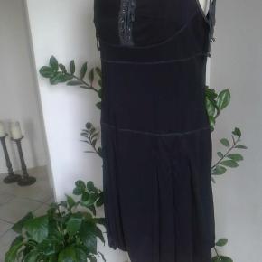 Brand: Areline Paris Varetype: Superflot kjole / Top / Tunika Størrelse: 40 / T5 Farve: Sort Oprindelig købspris: 350 kr.   Fantastisk rå og fed kjole med regulérbare stropper og ballon-effekt i nederdelen, billedet yder den ikke retfærdighed ! Tungt stof som falder virkelig flot, - ikke gennemsigtig. Desværre købt for lille.....