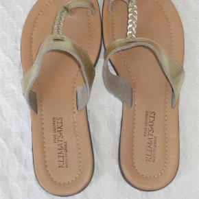Næsten ubrugte, fine håndlavede sandaler, købt på Kreta.  Normal str. 40 - indvendig længde ca. 25 cm.  JEG BETALER FORSENDELSEN!  Fine lædersandaler Farve: Guld