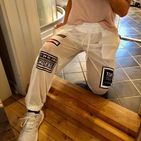 Mega fede jogging bukser i en str. xs/s. Brugt en få gange. Se billeder for ydeligere detaljer   Mp 350kr ekskl Porto