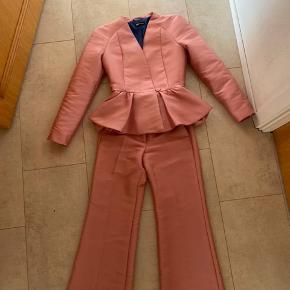 Sælger de her flotte Stine Goya bukser.   Blazeren er solgt!