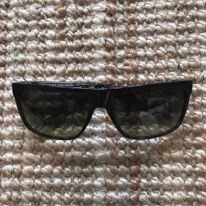 Fine solbriller i blågrønlige nuancer. Yderst velholdt.  NP. 1100