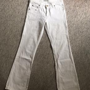 Hvide Lee bukser  Str: W28 L33  (OBS de har en lille, men ubetydelig misfarvning, som kan ses på sidste billede)