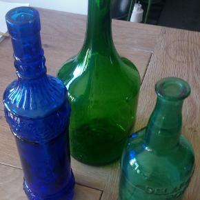 3 gamle flasker 1 blå og 2 grønne  Giv et bud  Stor grøn flaske 30cm høj 11cm dia i bunden  Blå flaske 30,5cm høj 6,5cm dia i bunden  Mellem grøn flaske 24cm høj 8,5 dia i bunden  Kan hentes i Brøndbyøster eller sendes for købers regning