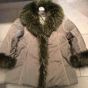 Super flot jakke. Med ægte pels. Kan bare ikke huske hvad.