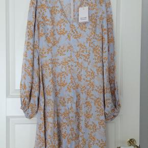Smuk kjole, helt ny, desværre købt for lille.
