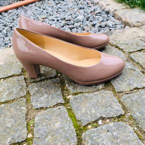 Ny Gabor nude/beige laksko med ca 1 cm plateau på forfod og 6 cm hæl.   Jeg har kun prøvet dem en gang, og jeg er ærgerlig over at de ikke passer mig.  Skoene er str 5 1/2 (38 1/2). Porto 40kr.