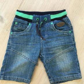 Brand: Kids Up Varetype: Shorts Farve: Blå Prisen angivet er inklusiv forsendelse.  Smarte jeans shorts. I den bedste ende af gmb. !!! Ingen huller pletter ell lign. Fra røg og dyrefrit hjem