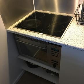 Da jeg har bygget nyt køkken har jeg denne ovn i overskud, kun derfor jeg sælger den.Ovnen virker perfekt og er ideel til det lille køkken, sommerhuset eller kolonihaven. Der medfølger bradepande, rist og glasplade :)