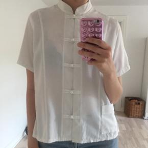 Vintage skjorte, god stand. Står som str. 46, men jeg er selv en str. 36, og har brugt den uden problemer.