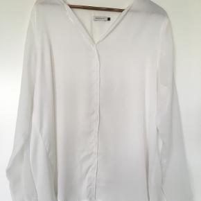 Tynd og meget fin skjorte til en varm sommerdag, der dog er noget smal i ærmerne. Jeg kan derfor ikke passe den. I det ene ærme er der løbet en lille tråd, men det er ubetydeligt. Vil jeg ellers måler rigtigt, så er ærmebreden rundt om biceps 38 cm. Bredde over brystet er 60 cm, længde 70 cm. Så, hvis du ellers kan bruge målene, er det en megaflot skjorte! Jeg ærgrer mig vildt over, at jeg ikke kan passe den. Køber betaler porto.