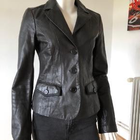 Smuk læder jakke fra Armani. Brugt en gang, er som ny og fejler intet.  Byttes ikke.