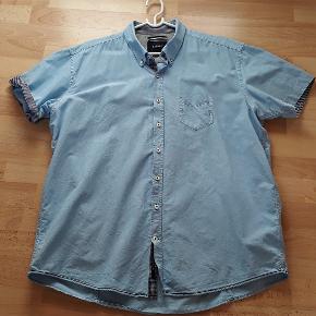 Super flot skjorte med korte ærmer. Lys blå med flotte detaljer. Brugt få gange. Nlsten som ny. Str. 3XL men XXL kan også passe den. Købsprs ca. 449,-