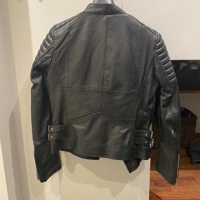 Helt ny Meotine læder jakke i 100% lammeskind. Aldrig brugt! Modellerne er Biker