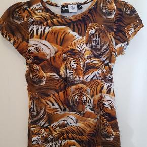 Lækker T-shirt. Blød og med det skønneste print. Ser ubrugt ud.