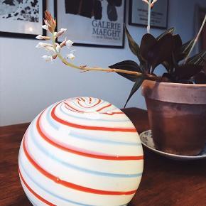 Smuk bolche lampe fra Hay 😍 bruger batterier. Nyprisen var 200 kr. Måler ca. 13,5 cm i højden. I hvid, blå og rød 🍬  i glas   Bemærk - afhentes ved Harald Jensens plads eller sendes med dao. Bytter ikke 🌸  💫 Lampe bordlampe lys bolchelampe batteri batterier swirl stribet swirllampe striber rød blå hvid Hay dansk design