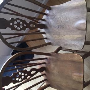 5 antik træ spisebordsstole sælges samlet til 200 kr eller 50 Per stk. De er af ældre dato men virker fint. Der medfølger stole hynder i læder.   Siddehøjde er 45 cm