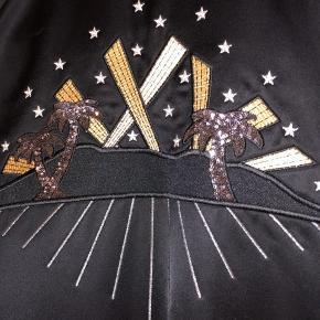 Fantastisk lækker varsity jacket fra tjekkede amerikanske Marc Jacobs. Købt i butikken i New York og kostede 10.800kr  Benyttet med omhu og har en overordnet flot stand, som ny, uden mangler.  MADE IN ITALY.