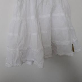 Hvid sød sommer nederdel med flæser.