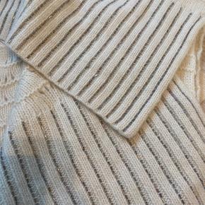 Flot tørklæde med perler. Ca 2,5m  70% lammeuld, 20% angora og 10% polamid. Det er råhvidt ikke kridhvid  Jeg bytter ikke