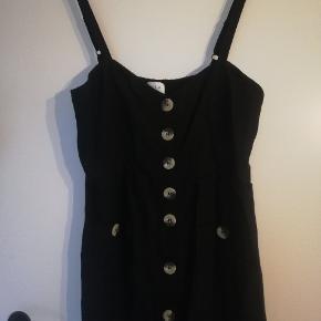 Bruger ikke denne kjole længere, hvorfor den sælges. Der er stropper som kan justeres, samt elastikbånd i bag, så den passer forskellige størrelser. Jeg er 165, og den går mig til midt læg.