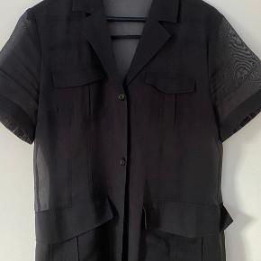 Skønneste transperante kjole/kjorte med knapper. Falder rigtig fint ud over en a den kjole eller bukser