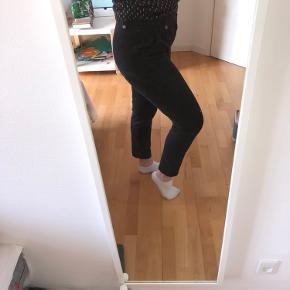 Fede sorte jeans/ bukser som der godt ud, og er rare at have på!