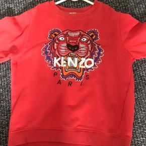 Sælger denne KENZO sweatshirt til børn. Den er normal i størrelsen, og næsten som ny. Trøjen passer både til drenge, og piger.