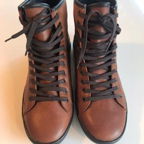 Fine støvler fra Aldo, størrelsessvarende, aldrig brugt da de er købt i en forkert størrelse. Kan sendes eller afhentes i 9230 Svenstrup.